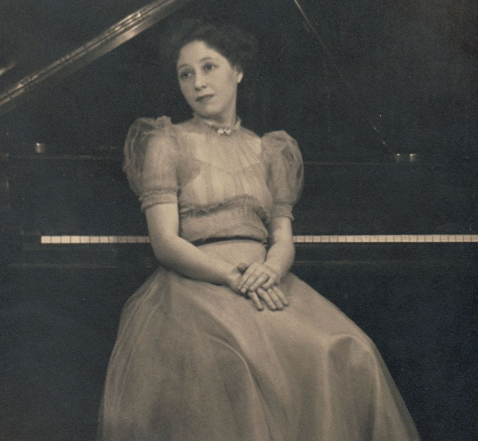 Dame Fanny in concert dress at the age of 21