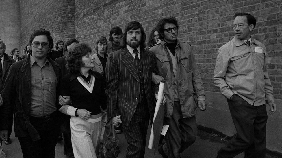 Ricky Tomlinson (centre) leaving prison after his sentence