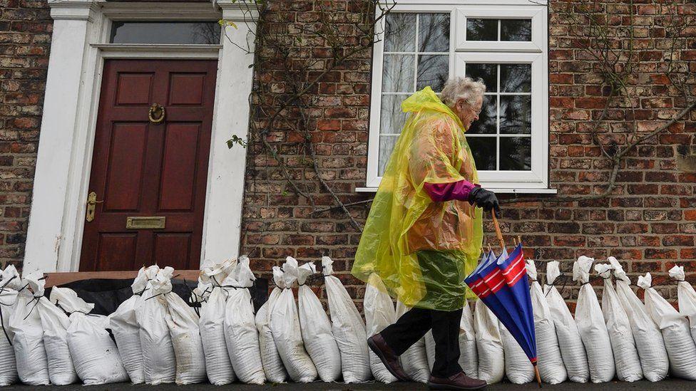 Мешки с песком для защиты от наводнения в деревне возле Йорка