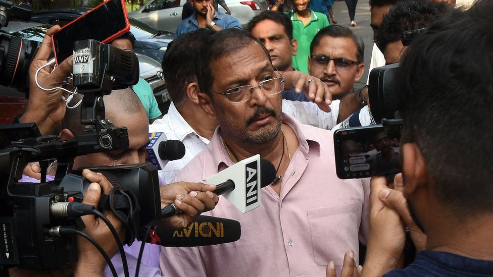 Indian Bollywood actor Nana Patekar is mobbed by the media as he leaves after making a statement outside his home in Mumbai on October 8, 2018. - Indian actress Tanushree Dutta, whose recent public account of alleged sexual harassment by Patekar has sparked an outpouring of similar #MeToo accounts across the country, filed a formal complaint.