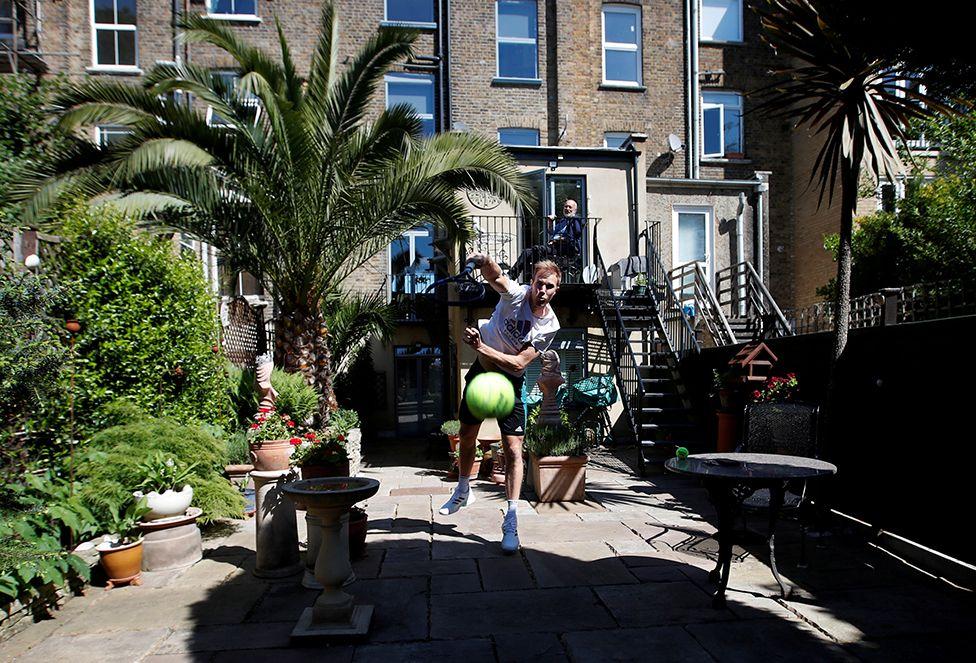 Britanyalı tenisçi Dominic Inglot Londra'daki bahçesinde pratik yapıyor