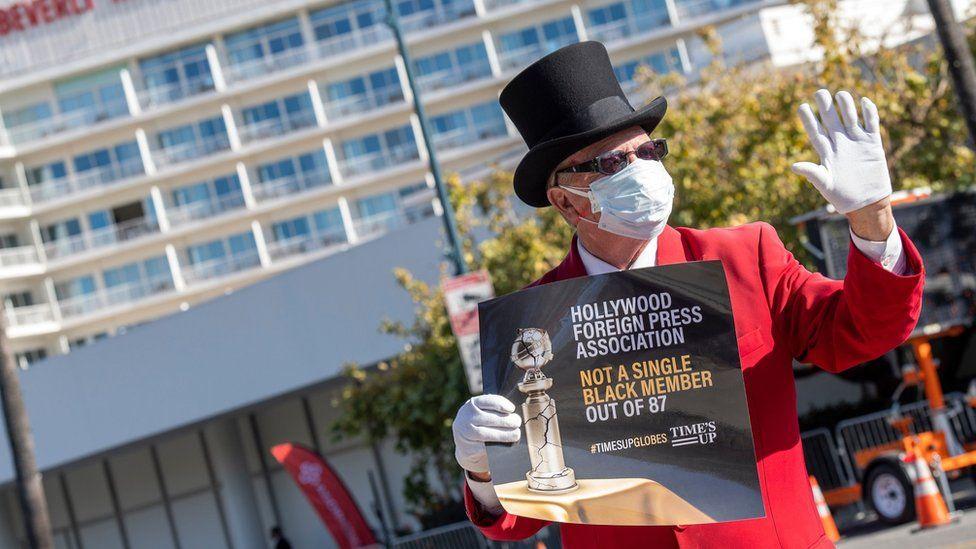 Pria yang memprotes penghargaan Golden Globe tahun ini di Los Angeles