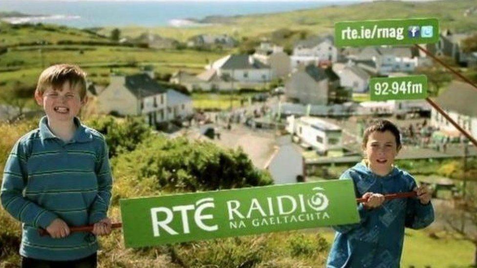 Mae gan RTÉ gynlluniau i geisio denu rhagor o siaradwyr Gwyddeleg ifanc i wrando ar y radio yn yr iaith