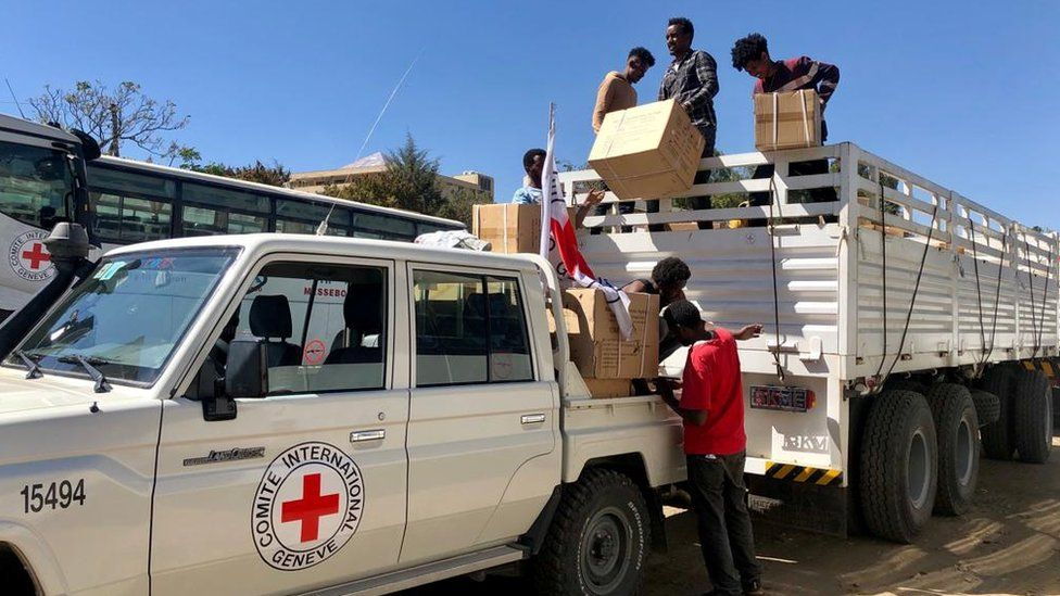 Workers from the International Committee of the Red Cross (ICRC) and volunteers from the Ethiopian Red Cross distribute relief supplies