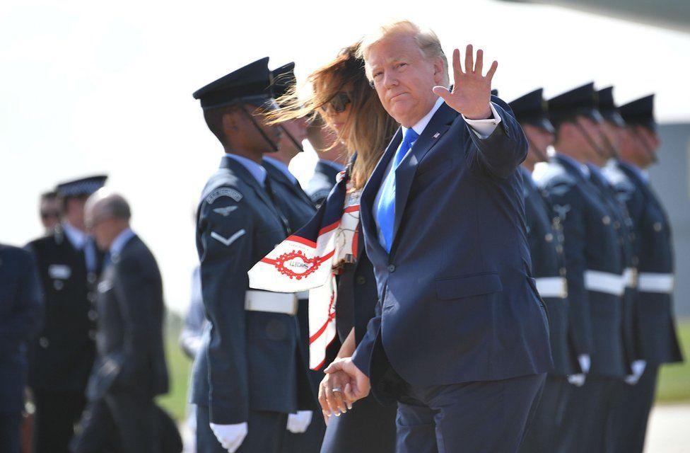 Donald Trump y Melania Trump saludando a los fotógrafos.