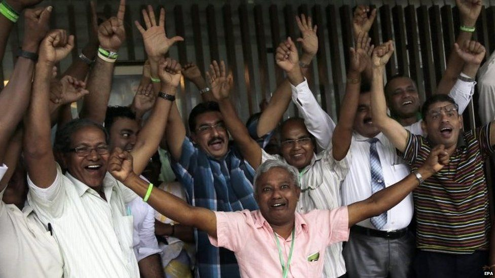United National Party (UNP) supporters celebrate the possible formation of a new government following the general elections in Colombo (18 August 2015)
