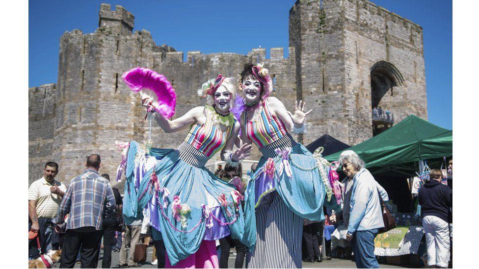 Gwledd liwgar yng nghysgod y castell // A colourful feast in the shadow of the castle