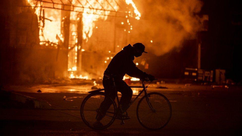 明尼蘇達州焚燒的加油站