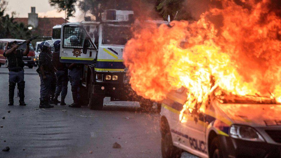 Протестующие против неравенства в Южной Африке подожгли полицейский автомобиль (2016 г.)