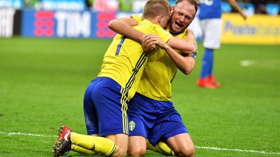 El capitán de la selección sueca, Andreas Granqvist (der) abrazó a su compañero de equipo, Seb Larsson.