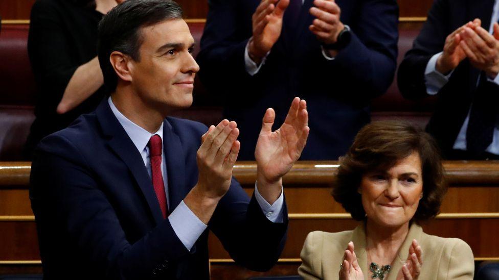 Pedro Sánchez celebrates victory in parliament on 7 Jan