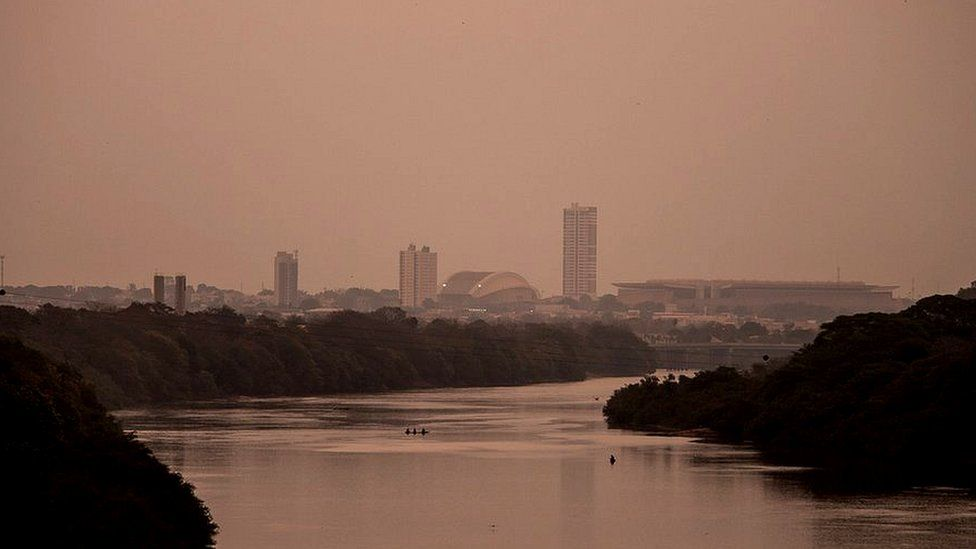 """O Brasil """"invisível"""" sofre há anos com céu escuro e chuva preta"""