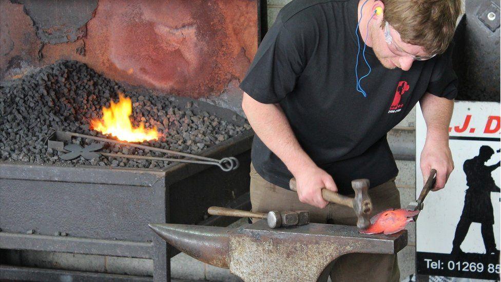 Gof yn creu pabi metel // A blacksmith creates a steel poppy
