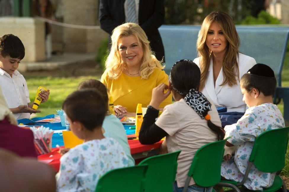 Melania Trump (R) and Sara Netanyahu talk to children during a visit to the Hadassah hospital in Jerusalem, 22 May