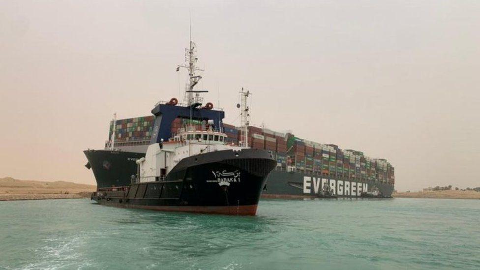 Un porte conteneur échoué en travers du canal de Suez _117685588_1ca9a55e-6735-4630-8958-13b027c6ae35