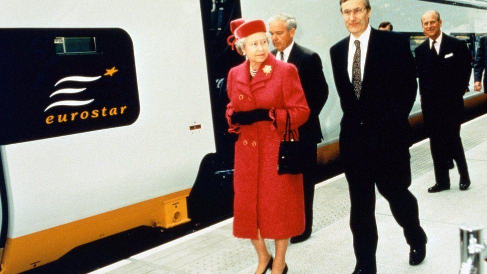 1994年5月,英女王伊丽莎白二世和菲利普亲王在伦敦滑铁卢国际车站为欧洲之星剪彩。