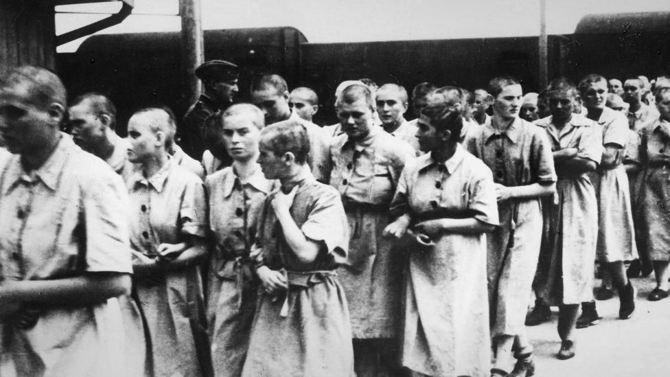 Женщины-заключенные Освенцима, которых отобрали для работ, 1944 год