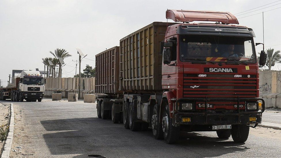 Lorries at the entrance to the Kerem Shalom crossing in the southern Gaza Strip (17 July 2018)