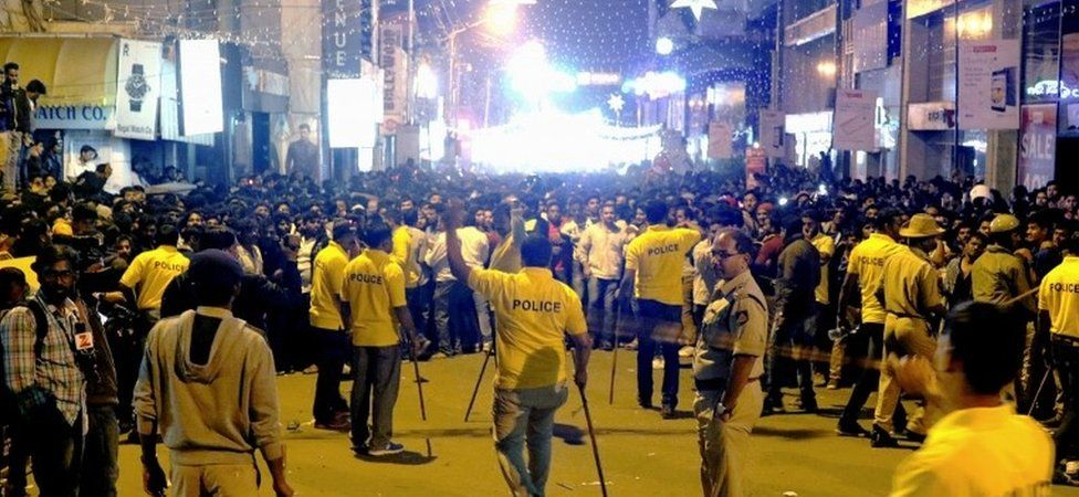 Police hold back crowds in Bangalore (31 Dec 2016)