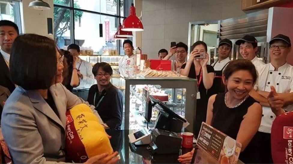 Tsai Ing-wen in the 85C Bakery in Los Angeles