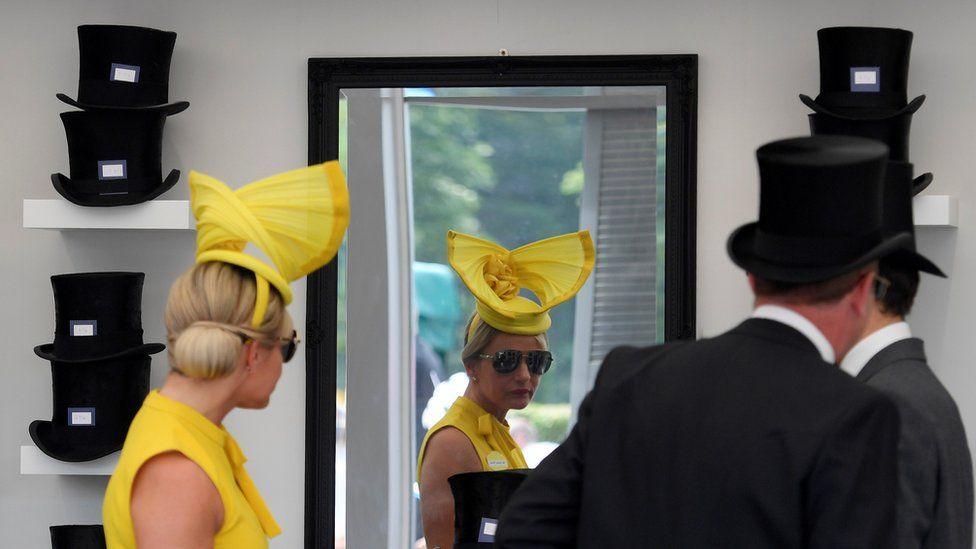 Женщина и мужчина в шляпах