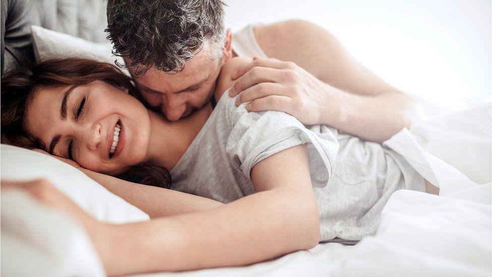 Двое в постели занимаются сексом