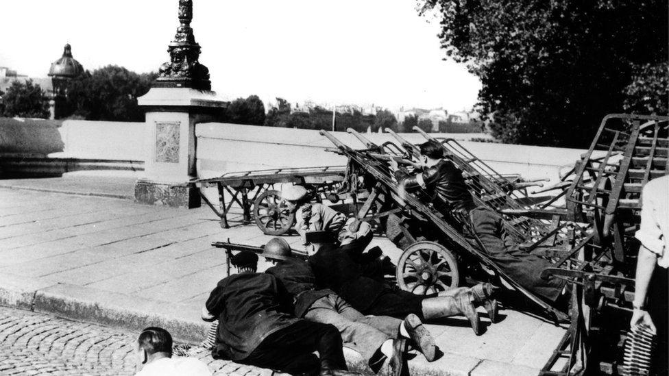 French irregulars barricade the Pont-Neuf