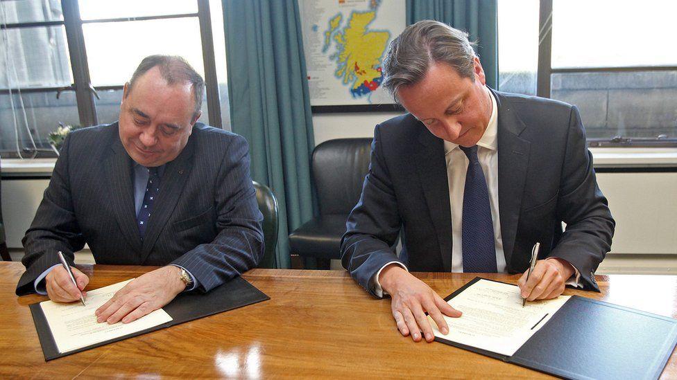 Alex Salmond and David Cameron signing Edinburgh Agreement