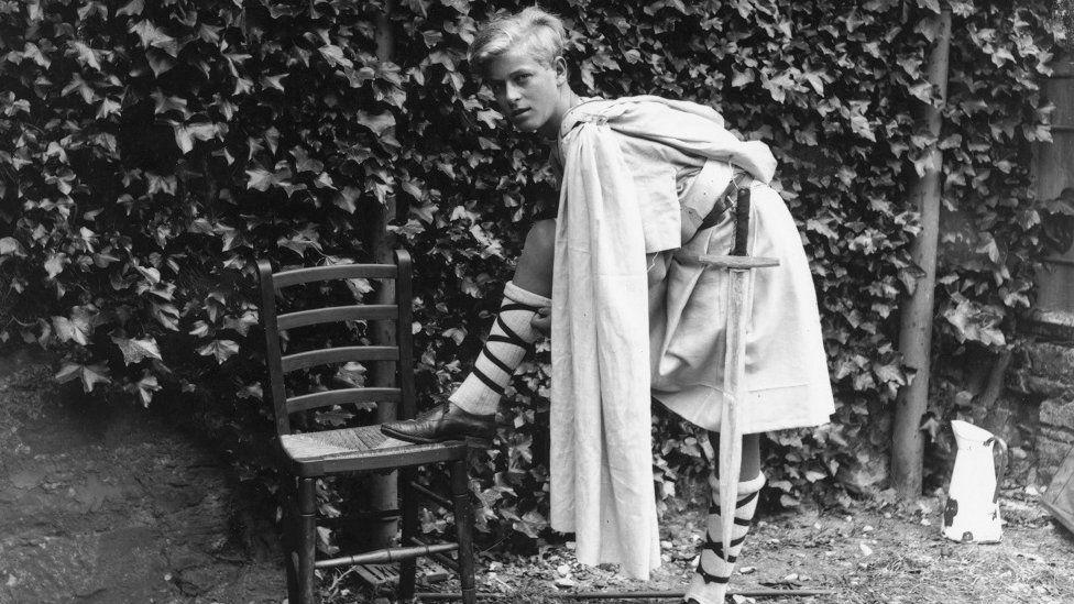 Y Tywysog Philip wedi gwisgo ar gyfer cynhyrchiad o 'Macbeth' yn Ysgol Gordonstoun, Gorffennaf 1935