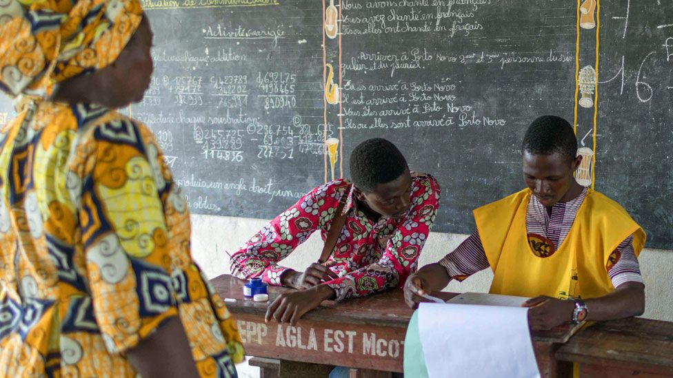 A woman arrives to vote at the Agla East State primary school in Cotonou on 28 April 2019 - Bein