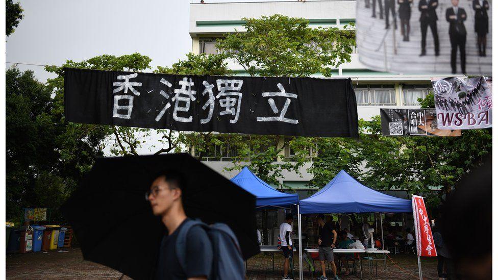 """香港的大學校園出現""""香港獨立""""的橫額。"""