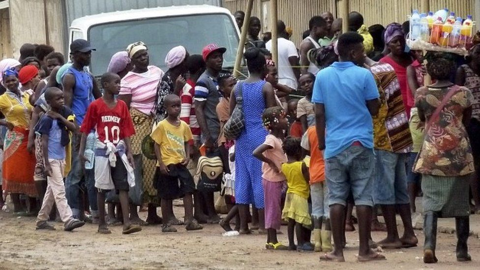 People wait in line to receive a yellow fever vaccine in Luanda, Angola (15 February 2016)