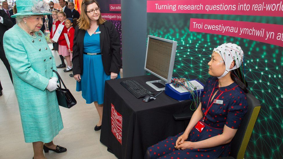 The Queen sees a brain activity scan demonstrated by Dr Grace Xia