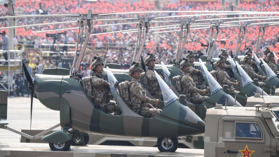 Китайський спецназ на трьохмісних мінігвинтокрилах на параді