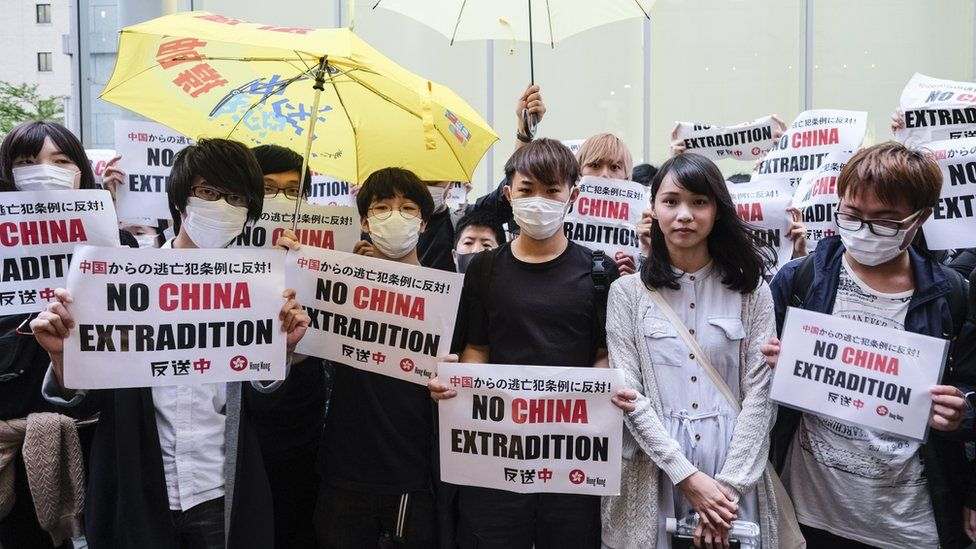 Hong Kong extradition: Police fire rubber bullets at protesters
