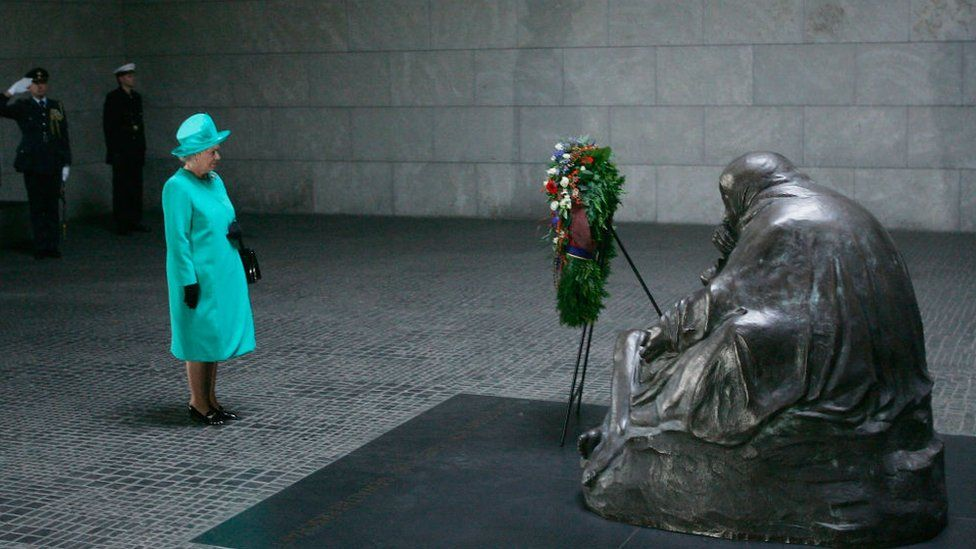 Queen Elizabeth II lays a wreath at a German war memorial 2004