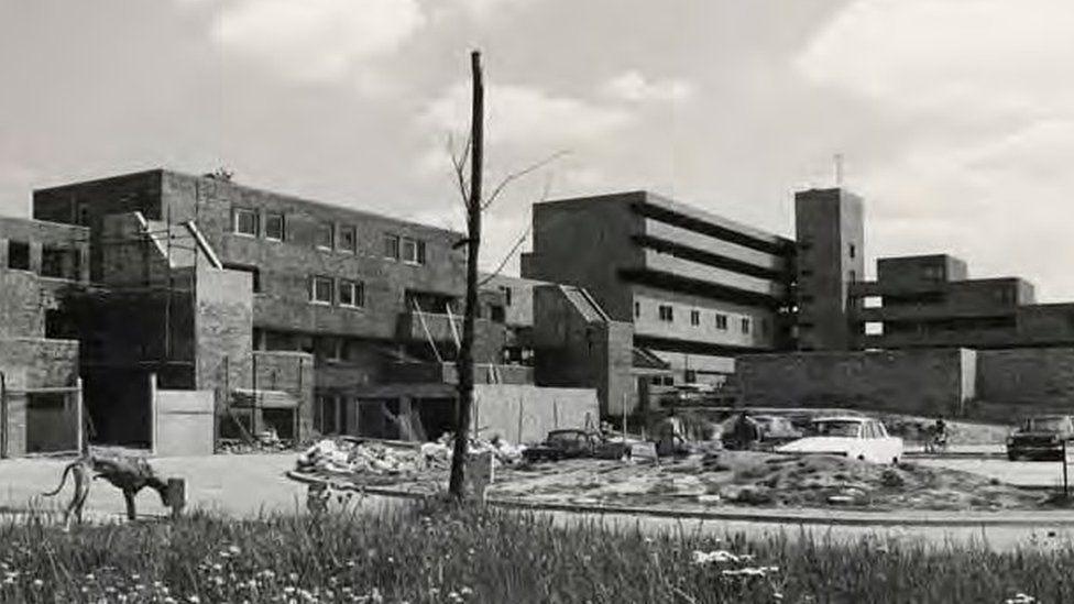 Serpentine Court in 1975