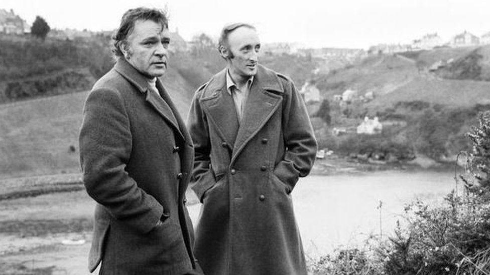 Ryan ar set y ffilm Under Milk Wood gyda Richard Burton yn Ninbych y Pysgod, 1971