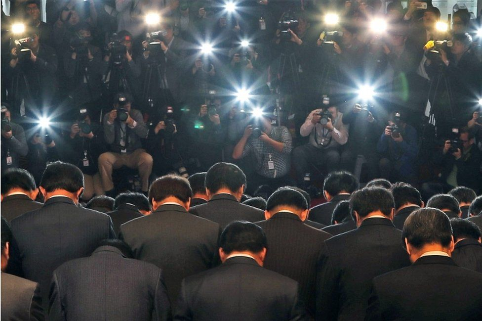 Lawmakers of the ruling South Korean Saenuri Party bow at the National Assembly building in Seoul, South Korea, on 4 November 2016, in a show of apology over a nation-rocking scandal.