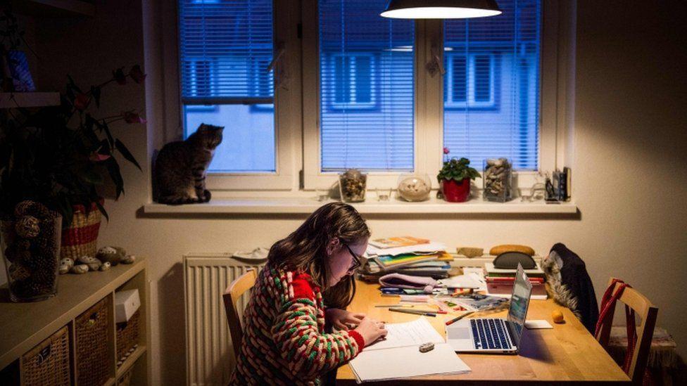 Menina estudando em casa na Eslováquia