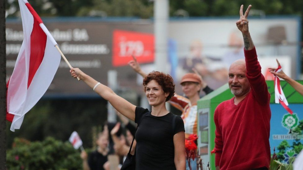 """Protesters in Minsk join a """"solidarity chain"""" - 21 August"""
