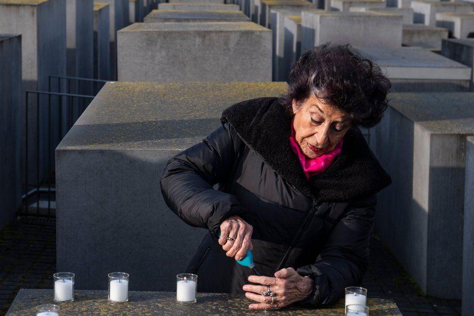 Lea Rosh lights a candle
