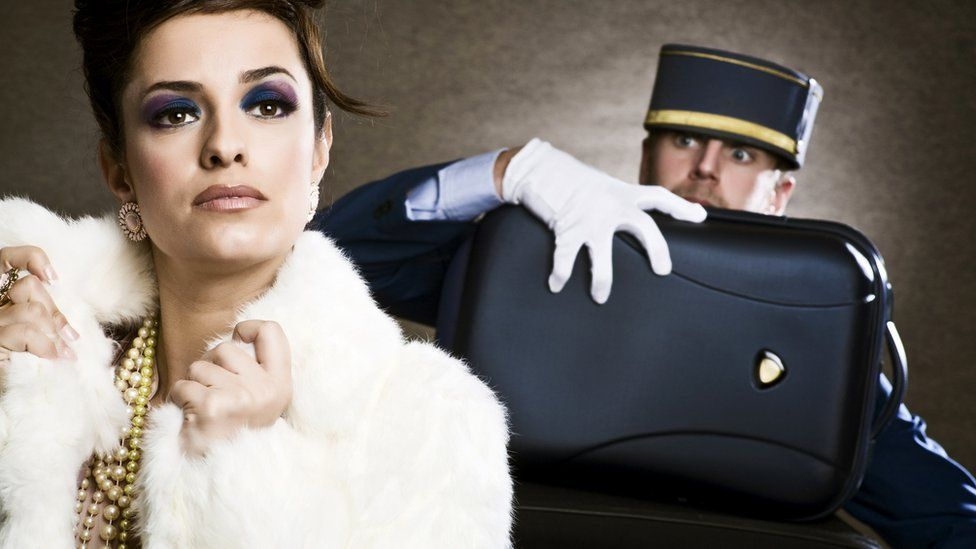 Богатая дама и работник отеля