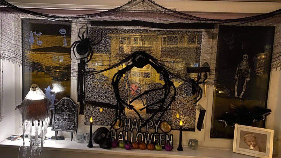Spider window display