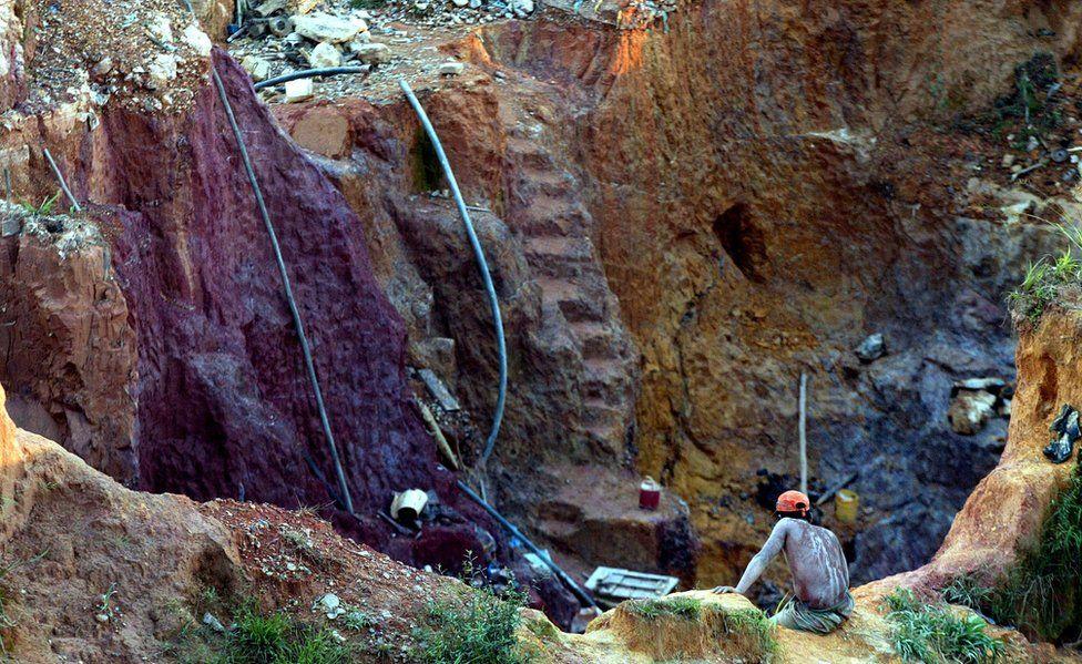 Unlicensed gold mine near Las Cristinas, southern Venezuela, 2005 file pic