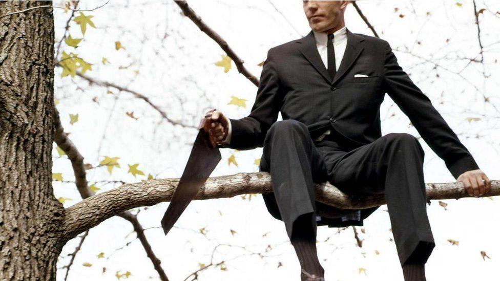 Мужчина пилит сук, на котором сидит