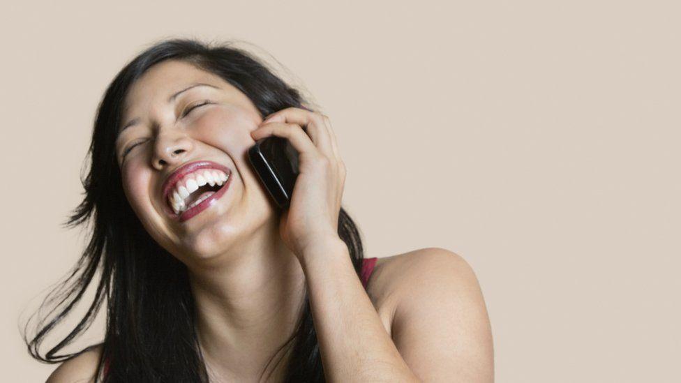 ¿Es verdad que es mejor agarrar el teléfono con una mano que con la otra para tener mejor señal?
