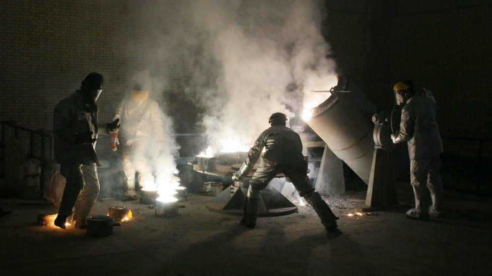 Men work inside an uranium conversion facility in Isfahan, Iran (30 March 2005)