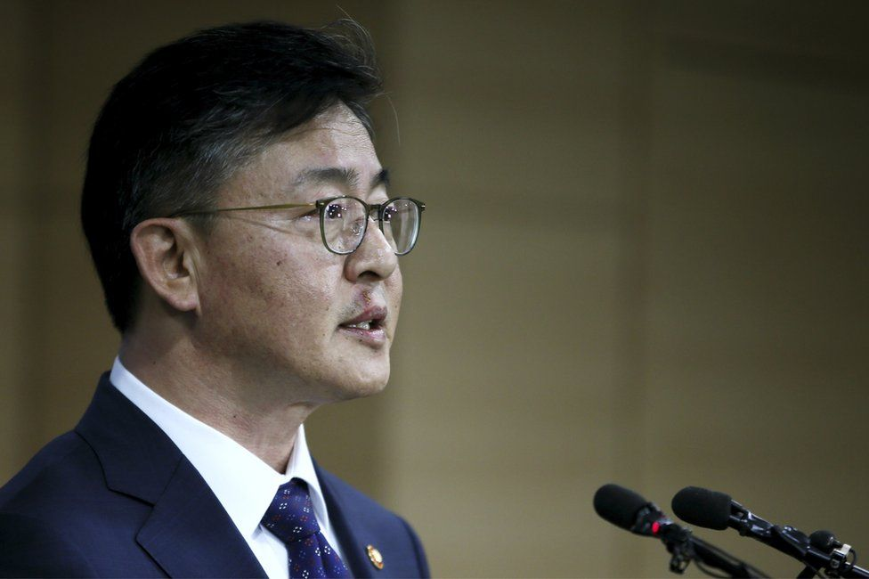 South Korean Unification Minister Hong Yong-pyo announces about the suspension of the Kaesong industrial complex operations at the government complex in Seoul, South Korea, Wednesday, 10 February 2016