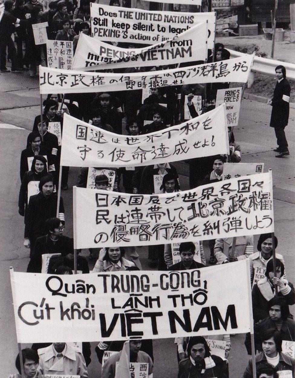 Người ở bìa phải đi bên ngoài giám sát đoàn biểu tình là học giả Đỗ Thông Minh